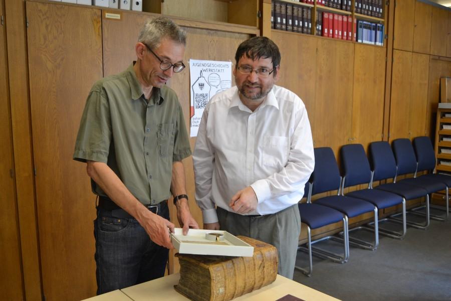 Dr. Roland Deigendesch und Dr. Bernhard Kreutz mit Dokumenten aus dem Mittelalter, die in das Urkundenbuch einfließen sollen