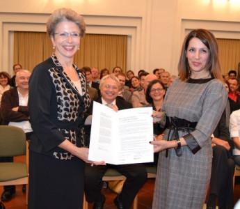 Überreichung der Urkunde zur Charta der Vielfalt