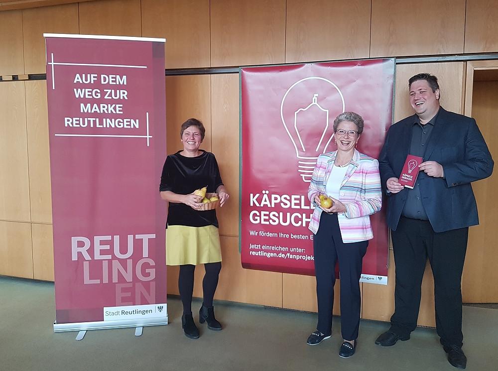 """Käpsele gesucht! Oberbürgermeisterin Barbara Bosch (mitte) sowie Sebastian Thiel (rechts) und Sabine Külschbach (links) präsentieren die Aktion """"Fanprojekte für Reutlingen"""""""