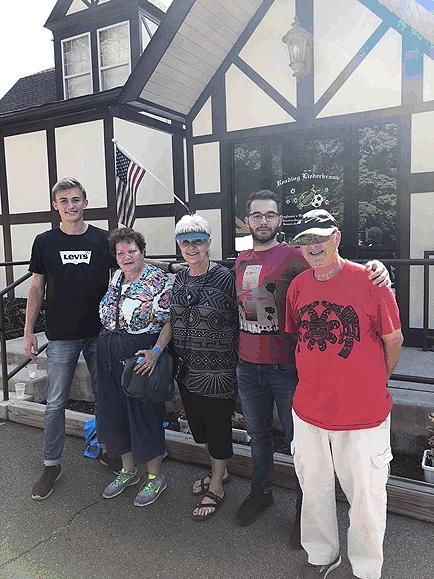 Imran in Reading (zweiter von rechts) vor dem Reading Liederkranz mit weiteren Freunden der Städtepartnerschaft Reutlingen-Reading