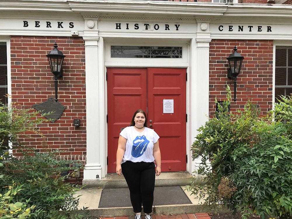 Franziska in Reading vor dem Berks History Center
