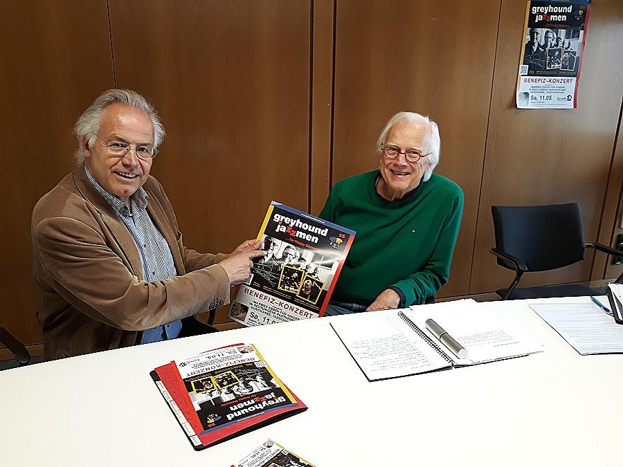 """Karl-Hermann Geiger, Bandleader der """"Greyhound Jazzmen"""", und Kulturamtsleiter Dr. Werner Ströbele zeigen das Plakat fürs Benefizkonzert"""