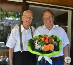 OB Thomas Keck überreicht Job Loeffler einen Blumenstrauß