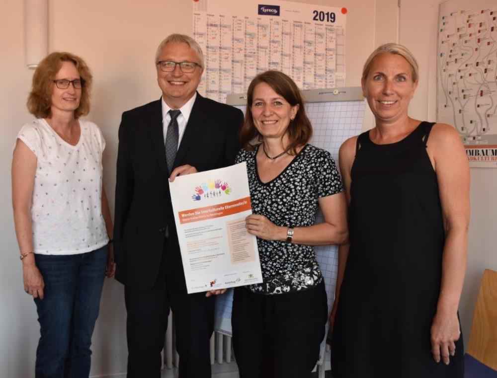 Eltern helfen Eltern - Elternmentoren: Das Bild zeigt die Mitarbeiterinnen des Bildungsbüros Frau Siemons, Frau Pechar und Frau Metz sowie Bürgermeister Robert Hahn.