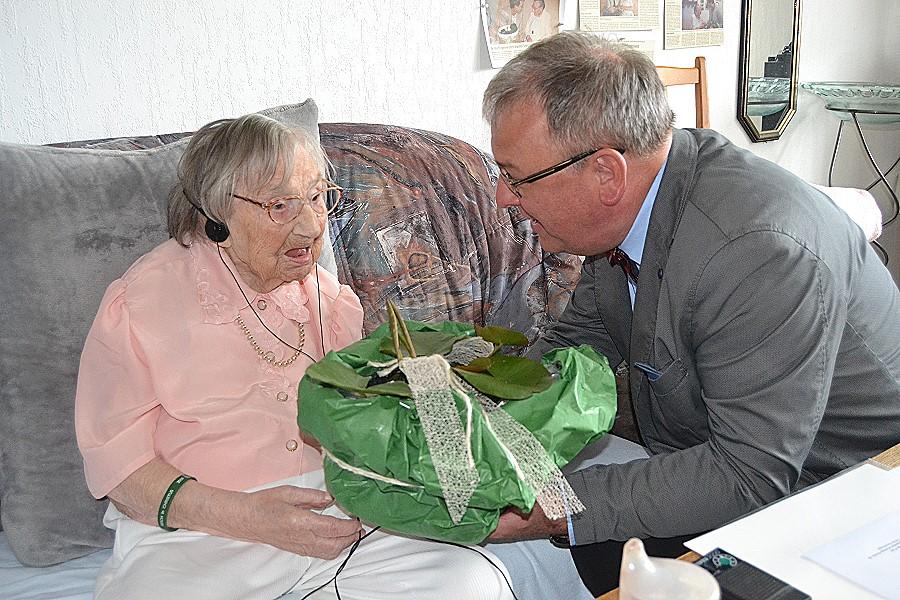 Seerosen sind seit jeher die Lieblingsblumen der ältesten Reutlingerin: OB Thomas Keck gratuliert Mathilde Flad zum 107. Geburtstag