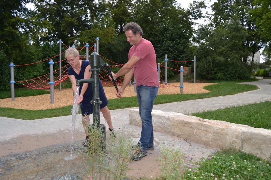 Andrea Sliwka und Andreas Schnitzer probieren die neue Wasserpumpe aus