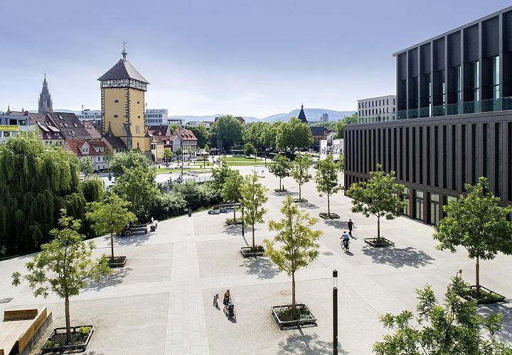 Reutlingen - Blick auf die Stadthalle (rechts) und das Tübinger Tor (links)