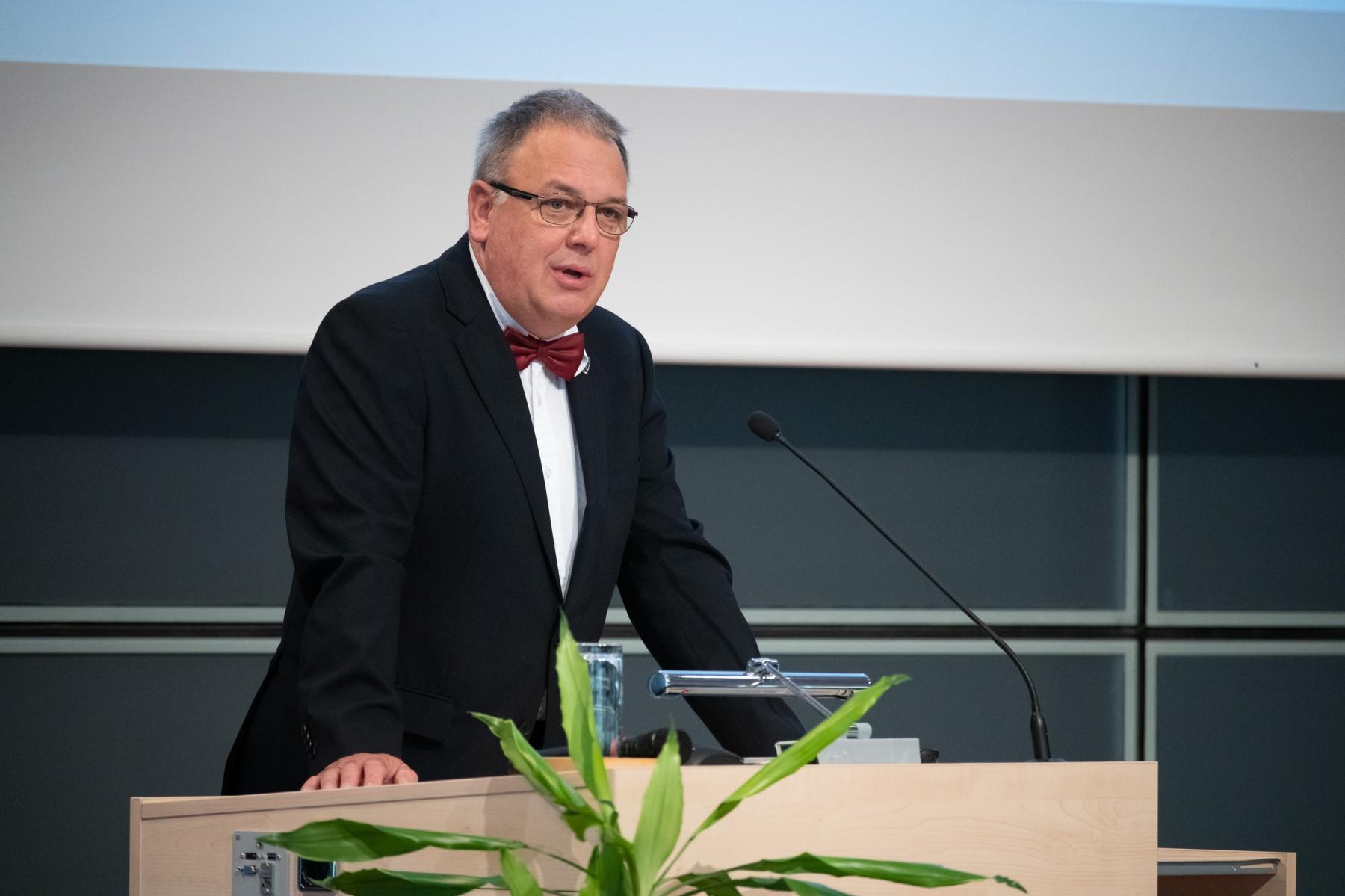 Oberbürgermeister Thomas Keck bei der Absolventenfeier; Foto: Hochschule Reutlingen/Scheuring.