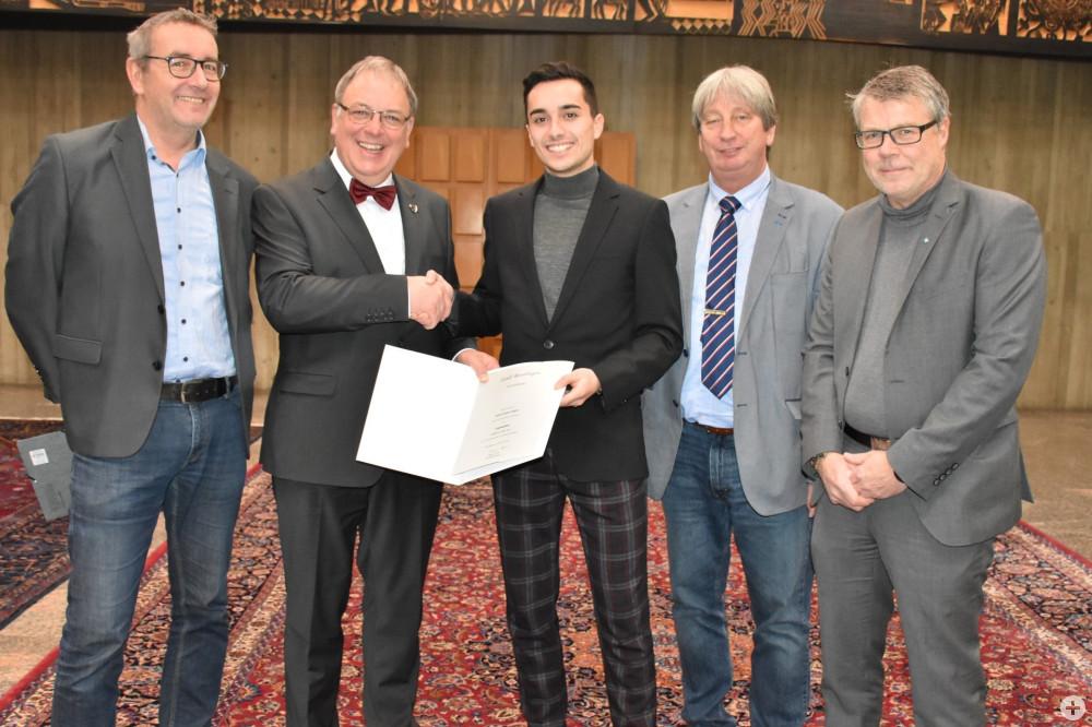 Oberbürgermeister Thomas Keck übergibt Mobilitätsstipendium