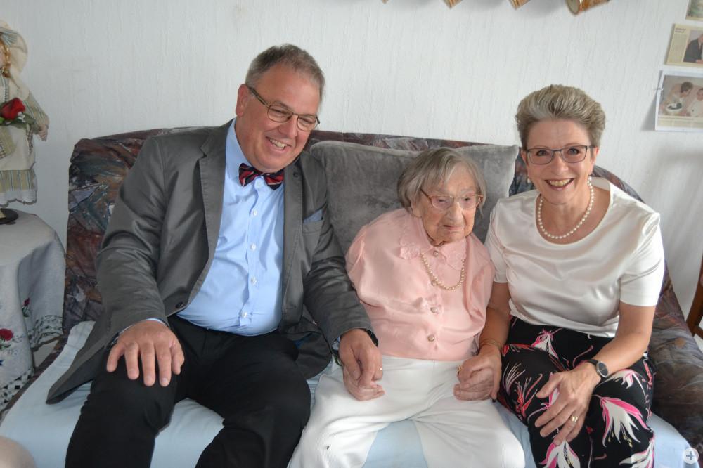 Oberbürgermeister Thomas Keck, Mathilde Flad und Oberbürgermeisterin a. D. Barbara Bosch