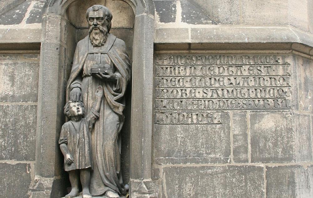Niklolaikirche - Baubeginn-Inschrift von 1358 sowie die Nikolausstatue von 1914 - Foto: Stadtarchiv Thomas Kölbl
