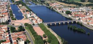 Luftbild von Roanne mit dem Fluss Loire