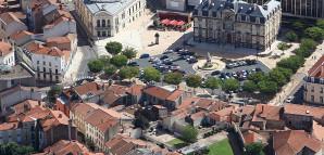 Lutfbild von Roanne mit dem Rathaus oben rechts