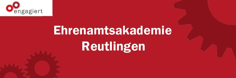 """Auf rotem Hintergrund sind Zahnräder sowie das Logo von """"engagiert"""" zu sehen. In der Mitte steht geschrieben """"Ehrenamtsakademie Reutlingen""""."""