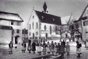 Kinder vor der Mauritiuskirche in Reutlingen-Betzingen