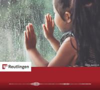 """Foto Kind an Fensterscheibe mit Regen zum Radiospot """"Regen"""""""