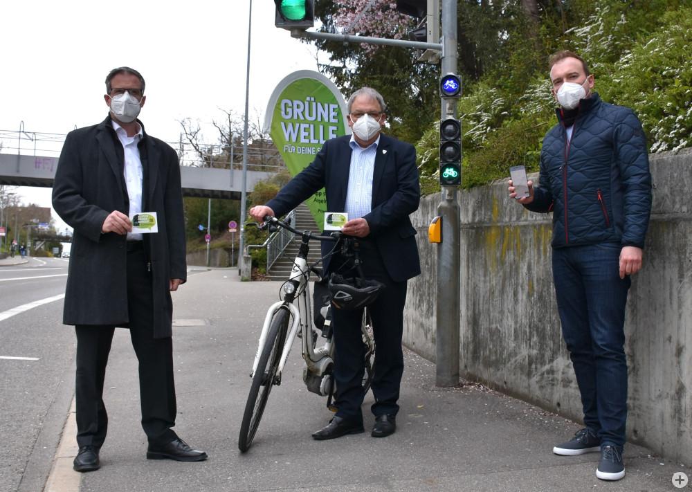 Thorsten Müller (l.) von Siemens Mobility mit OB Thomas Keck (m.) und Lars Oehme, städtischer Fachgebietsleiter Verkehrstechnik, an einer SiBike-Ampel