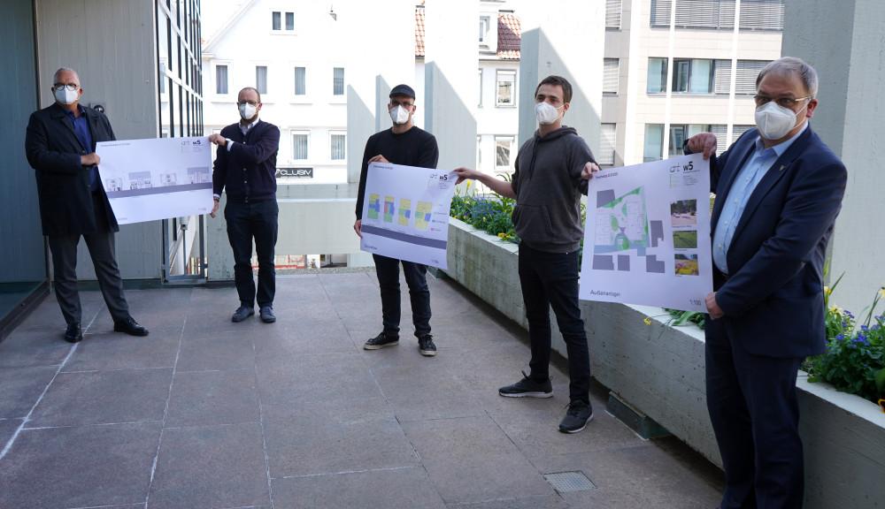 von links: Güthert, Schäuffele, Dachs, Widmaier, Keck stellen Pläne für das K39-Projekt des Fanclubs Kollektives Eigenheim vor.