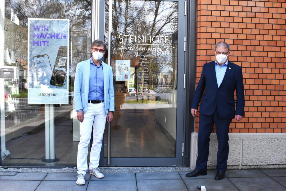 Ralf Steinhoff und OB Keck (rechts) vor dem Salon von Steinhoff Haardesign