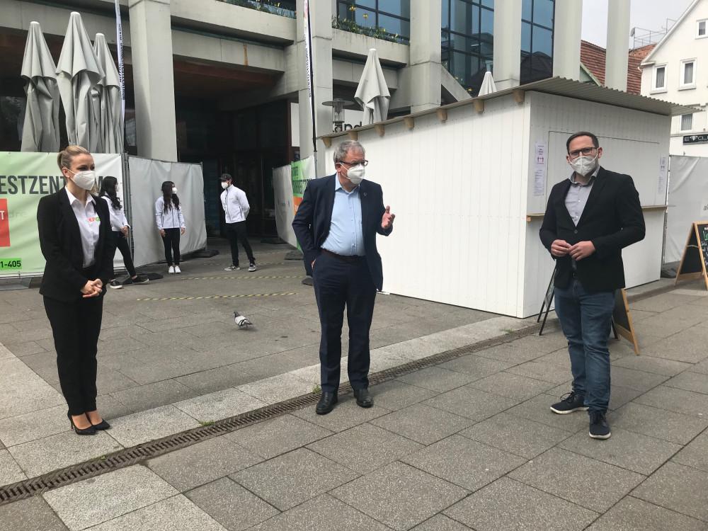Stefanie Möck von GSA Care, OB Thomas Keck und Kilian Brauchle, Geschäftsführer Socialmediaguys vor dem Bürgertestzentrum.jpg