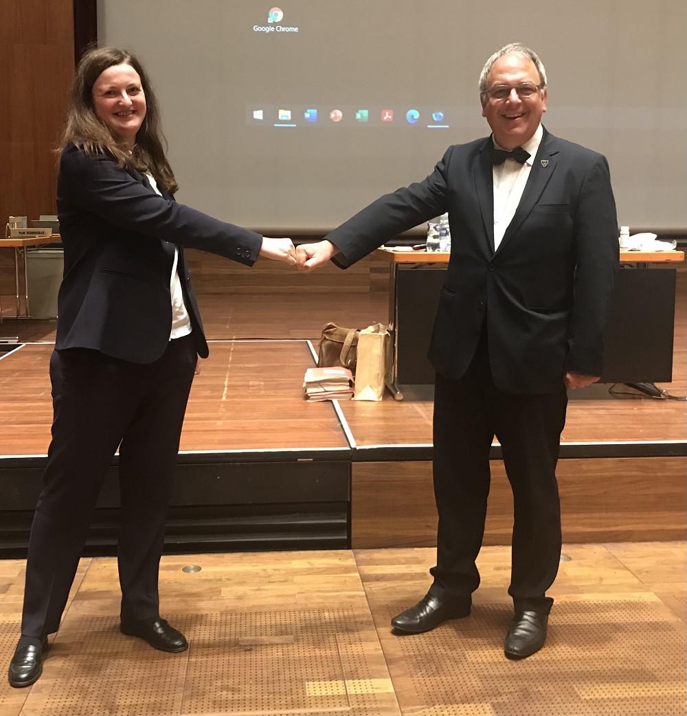 Oberbürgermeister Thomas Keck gratuliert Kathrin Berger zur Wahl