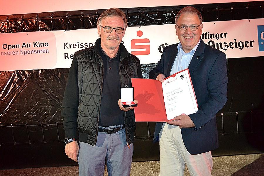 Mit Urkunde und Verdienstmedaille: Gerhard Steinhilber und Thomas Keck