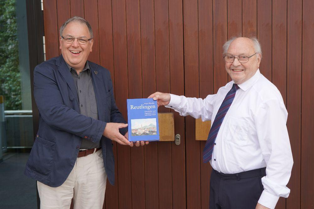 Prof. Dr. Dr. Eugen Wendler übergibt die neueste Ausgabe seines Buches an OB Thomas Keck