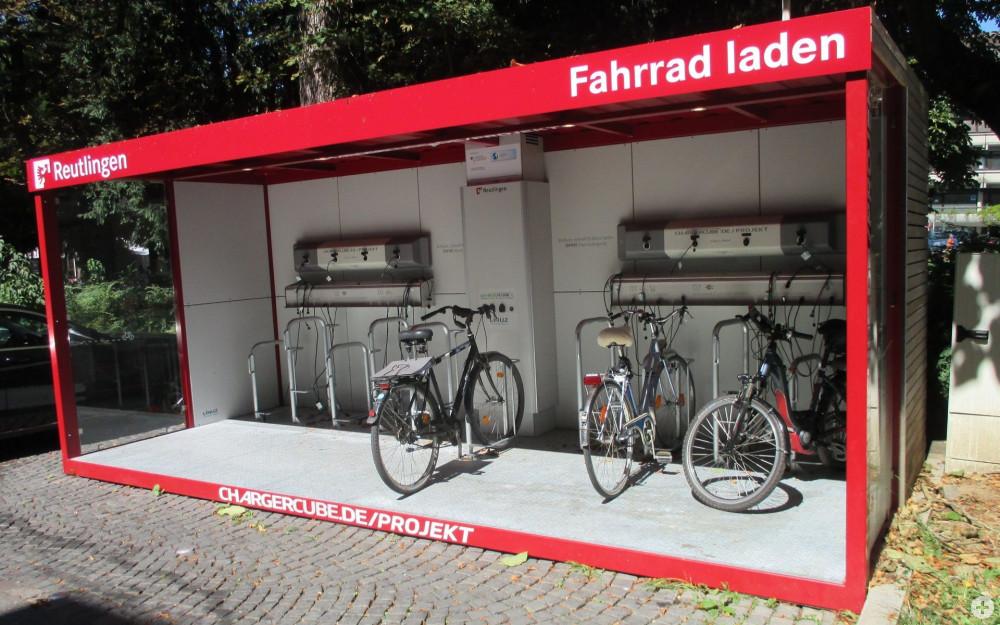 Der Charger Cube auf dem Listplatz mit drei ladenden E-Bikes