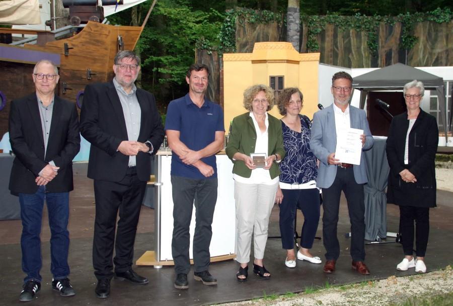 Preisverleihung im Naturtheater: Baubürgermeisterin Angela Weiskopf (Mitte) nimmt die Plakette der Architektenkammer entgegen. Foto: Jürgen Herdin