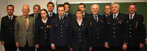 Das Bild zeigt die beförderten und geehrten Mitglieder zusammen mit der Abteilungsleitung, die beiden stv. Feuerwehrkommandanten Dr. Georg Belge (1. v. l.) und Gerhard Nagel (1. v. r.) sowie Bezirksbürgermeister Dieter Gehr (2. v. l).