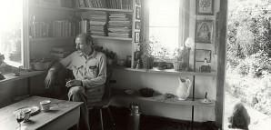 """""""Die Achalm"""" – HAP Grieshabers Arbeits- und Lebensmittelpunkt  Von 1947 bis zu seinem Tod 1981 hatte der Künstler seinen Arbeits- und Lebensmittelpunkt an der Achalm bei Reutlingen. Aus einem kleinen Gartenhaus entstand allmählich ein Wohnhaus mit Werkstatt und Atelier. Grieshaber besaß eine umfangreiche Bibliothek, war sehr belesen und befasste sich mit Politik, Geschichte, Kunsttheorien und fernen Ländern. Die Aufnahme vor seinem Bücherregal stammt aus den 1950er Jahren.  StadtA Rt., S 105/4 II Nr. 933/6"""