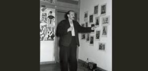 """""""Picasso und die Kunstkritik"""" – Vortrag von HAP Grieshaber    Seit 1947 hielt Grieshaber in verschiedenen Städten Süddeutschlands Vorträge über Picasso. Die großen Expressionisten und die klassische Moderne boten ihm vielfältigste Anregungen, doch Picasso blieb zeitlebens seine wichtigste Instanz. Am 13. März 1952 wurde ein Vortrag im privaten Rahmen dokumentiert. Die Bilder an der Wand verweisen auf das Thema """"Picasso"""". Die Ausstellungsplakate über der Tür hatte Grieshaber 1947 für die Kunstgalerie Herbert Herrmann in Stuttgart entworfen.     StadtA Rt., S 105/4 Nr. 3483/3"""