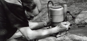 """""""Der Holzschneider"""" – HAP Grieshaber mit moderner Maschine   Klassischerweise hatte Grieshaber die Druckstöcke mit seinem geliebten selbstgemachten Holzmesser bearbeitet. Doch mit zunehmender Größe der Objekte griff er auch zu modernen technischen Hilfsmitteln. Die Aufnahme mit der Maschine entstand im März 1959 auf der großen Terrasse vor seinem Haus, die ihm auch als Werkstatt diente und Raum genug für seine überlebensgroßen Formate bot.      S 105/4 Nr. 7737/5a"""