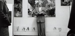 """""""Galerie 5"""" – ein Ort für moderne Kunst in Reutlingen   Grieshaber war von 1955 bis 1960 Professor an der Kunstakademie Karlruhe. Er konfrontierte seine Studenten auch mit den Realitäten des Künstlerdaseins und dem Kunstmarkt. In einer neu errichteten Galerie in Reutlingen, untergebracht im Gewölbekeller von Anton Geiselharts Haus Gartenstraße 5, fand im Frühjahr 1958 eine Ausstellung mit Werken seiner Schüler statt. Die Aufnahme zeigt Grieshaber bei der Eröffnungsrede am 12. April.  StadtA Rt., S 105/4 Nr. 7428/"""