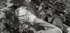 """""""Heimat Achalm"""" – HAP Grieshaber im Garten   Grieshaber inszenierte sich gerne in der Natur: Hier eine Szene im Juli 1963, die an seine Lieblingsfigur, den vielgestaltigen griechischen Hirten- und Waldgott """"Pan"""" erinnert. Der verwunschene Garten an der Achalm war zugleich auch ein Tierparadies. Neben unterschiedlichsten Pflanzen gab es einheimische und exotische """"Haustiere"""". Zahlreiche Naturmotive fanden Eingang in Grieshabers Werke. StadtA Rt., S 105/4 II Nr. 1082/8"""