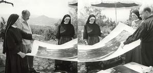 """""""Besuch der Nonnen"""" – HAP Grieshaber gibt Unterricht im Drucken   Im Sommer 1963 besuchten Nonnen aus dem Kloster Sießen den Künstler an der Achalm. Sie wurden in die Geheimnisse der """"Schwarzen Kunst"""" eingewiesen. Das Motiv """"Mutter und verlorener Sohn"""" von 1952 bezieht sich auf das Lukas-Evangelium und diente als Druckvorlage. Das überlebensgroße Bild, bestehend aus zwei Einzelplatten, passte in keine Presse und musste für den Abdruck von Hand abgerieben werden. Das Endresultat wurde auf den beiden Fotografien nun kritisch begutachtet.  StadtA Rt., S 105/4 II Nr. 1082/2 und 4"""