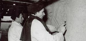 """Handwerker und Künstler Für Grieshaber gab es keine Trennung zwischen Kunst und Handwerk. Neben der Buch-, Plakat- und Zeitschriftenherstellung befasste er sich auch mit den unterschiedlichsten Verfahren für monumentale baubezogene Kunstwerke. """"Sgraffito"""", eine Kratz-Putz-Technik zur Wandgestaltung, erlernte er bei dem Reutlinger Malermeister und Künstler Anton Geiselhart. Im Frühjahr 1952 gestaltete Grieshaber zusammen mit dem Künstler Lothar Quinte, der damals noch Student bei ihm war, eine Hauswand.  StadtA Rt., S 105/4 Nr. 3504/12"""