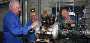 Von links nach rechts: Dieter Thumm, Rudolf Thumm und Karl-Heinz Rau. Ein Ausstellungsstück wird restauriert