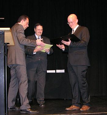 Staatssekretär Wacker (links) überreicht Jürgen Sutter den Hauptpreis